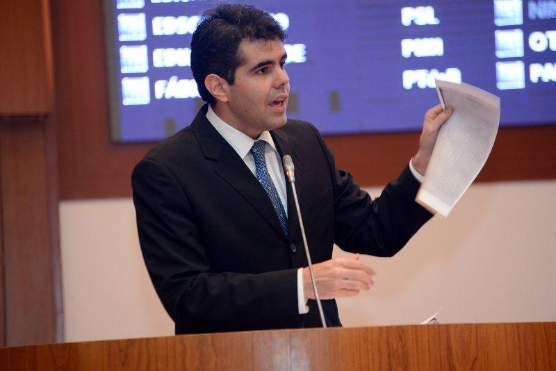Adriano Sarney rebateu criticas - UMA LIÇÃO: Adriano Sarney cala o deputado comunista Othelino Neto - minuto barra