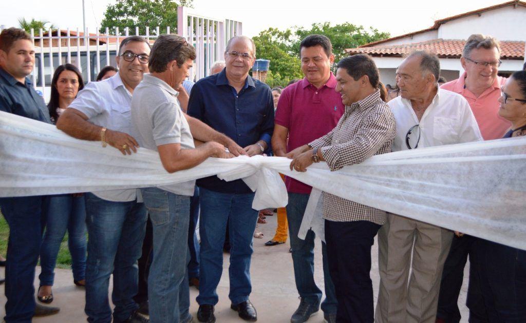 FOTO 02 CORTE DA FAIXA DE INAUGURAÇÃO DA CRECHE 1024x630 - Hildo Rocha participa de inauguração de creche em Fernando Falcão, e assina liberação de recursos para construção de estádio - minuto barra