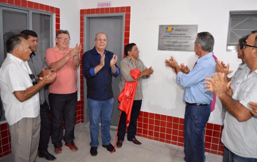 FOTO 03 DESCERRAMENTO DA PLACA DE INAUGURAÇÃO DA CRECHE 1024x646 - Hildo Rocha participa de inauguração de creche em Fernando Falcão, e assina liberação de recursos para construção de estádio - minuto barra