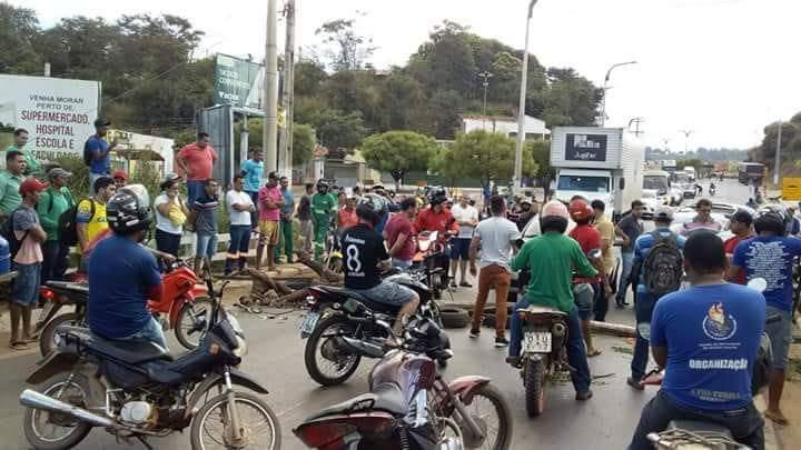 FB IMG 1528122909041 - Em protesto contra Temer e Flávio Dino, caminhoneiros exigem a redução no preço do combustível e fecham a Br-226 no Maranhão - minuto barra