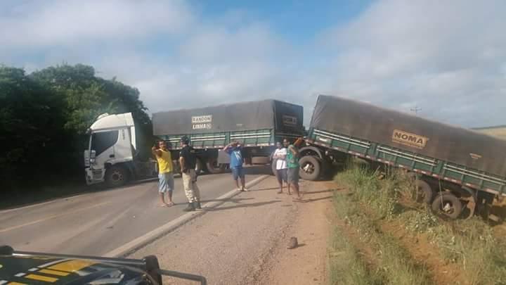 FB IMG 1528122912581 - Em protesto contra Temer e Flávio Dino, caminhoneiros exigem a redução no preço do combustível e fecham a Br-226 no Maranhão - minuto barra