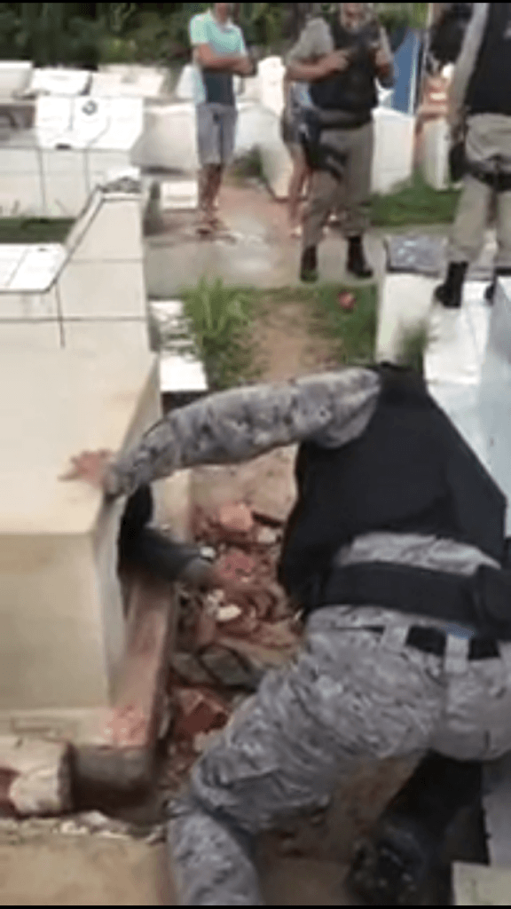 Screenshot 20190107 134655 576x1024 - INUSITADO: Homem abre túmudo do pai após perder velório e é retirado pela polícia - minuto barra