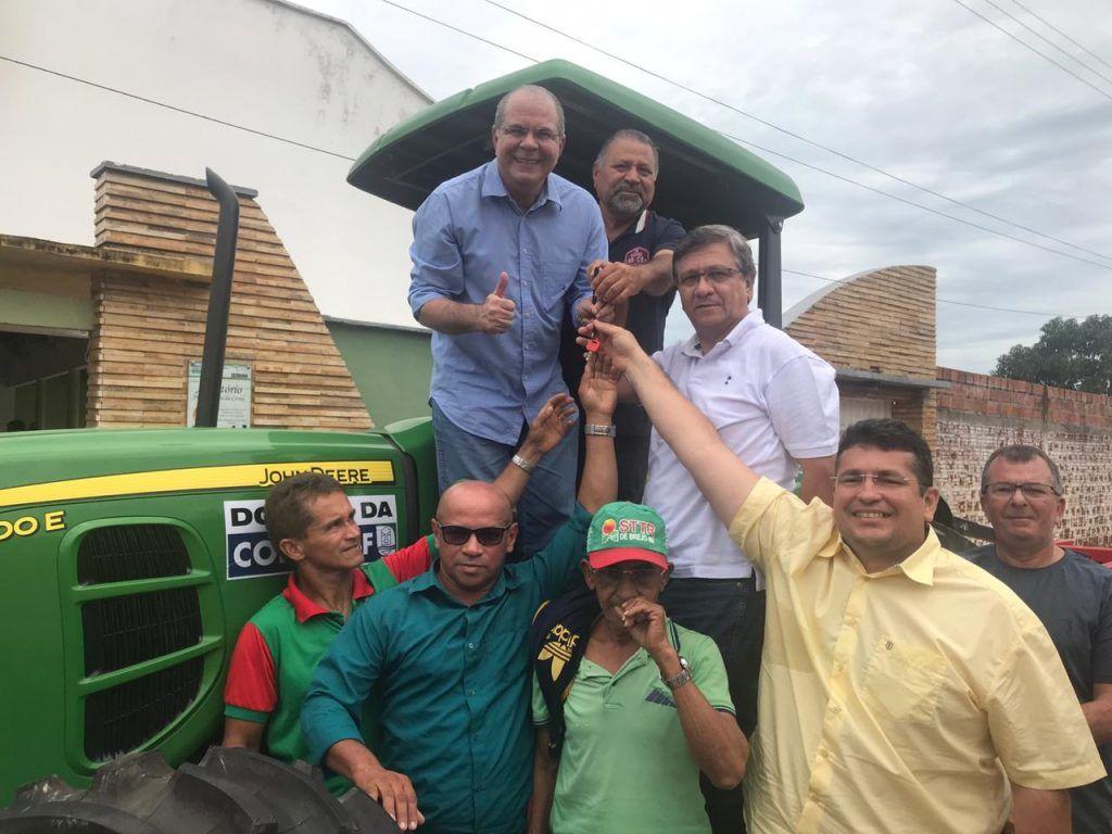 Graças ao trabalho do deputado Hildo Rocha agora Trabalhadores Rurais de Brejo tem máquina para desenvolver a agricultura local1 1024x768 - Emenda de Hildo Rocha garante máquina para desenvolver a agricultura em Brejo - minuto barra