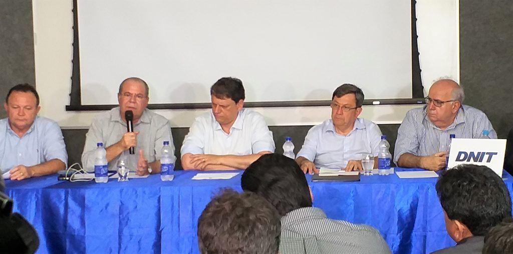 """FOTO 2 1 Ministro Tarcísio Freitas e deputado Hildo Rocha na de coletiva de imprensa 1024x508 - """"Acredito que a luta pela duplicação da BR 135 será vitoriosa"""", afirma Hildo Rocha - minuto barra"""