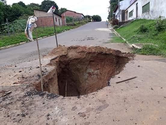 IMG 20190306 WA0059 - VEJA AQUI: Cratera se abre no bairro tamarindo e coloca em risco a vida de pessoas - minuto barra