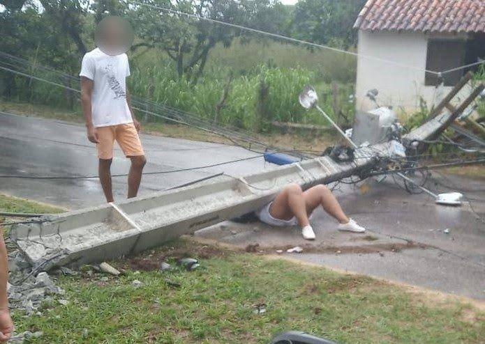 poste - Poste cai em cima de mulher e a mesma escapa da morte - minuto barra