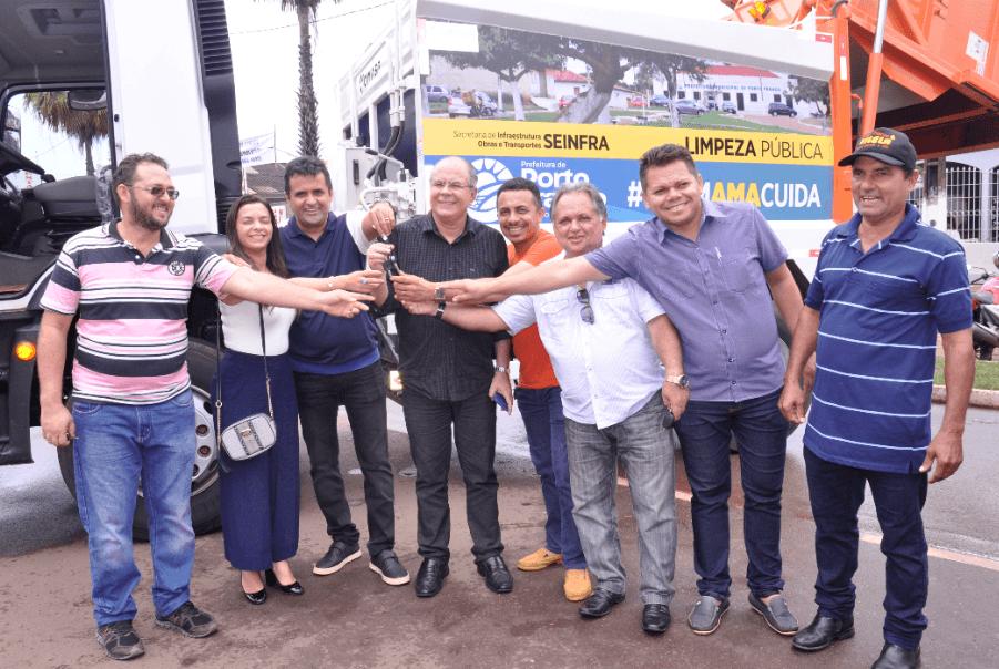 Entrega do caminhão compactador de Lixo - Ao comemorar 99 anos de emancipação de Porto Franco Nelson Horácio entrega equipamentos e obras viabilizadas por Hildo Rocha - minuto barra