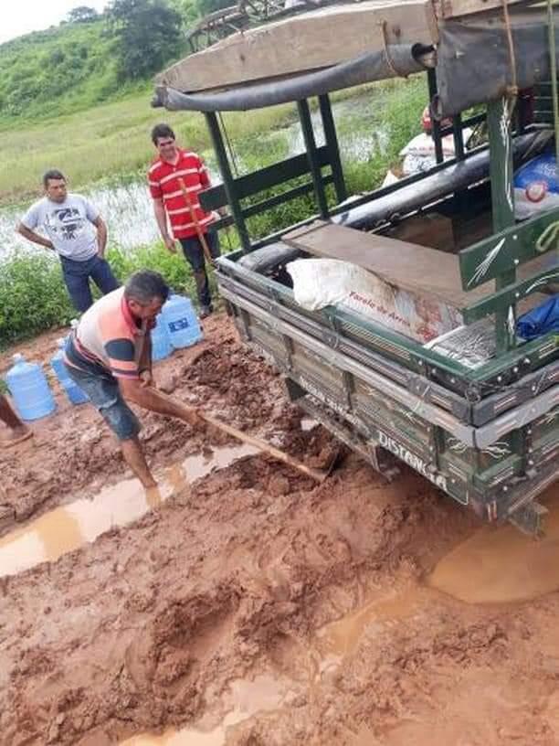 FB IMG 1555351599693 - Em Barra do Corda carro atola em lama e idoso é carregado nos braços até chegar em sua casa - minuto barra