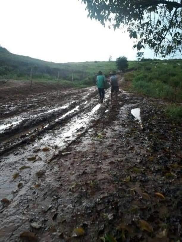 FB IMG 1555351605235 - Em Barra do Corda carro atola em lama e idoso é carregado nos braços até chegar em sua casa - minuto barra