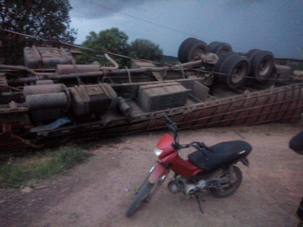 IMG 20190409 WA0384 1024x768 - Motorista perde controle e caminhão boiadeiro vira na MA-012 próximo a Barra do Corda - minuto barra