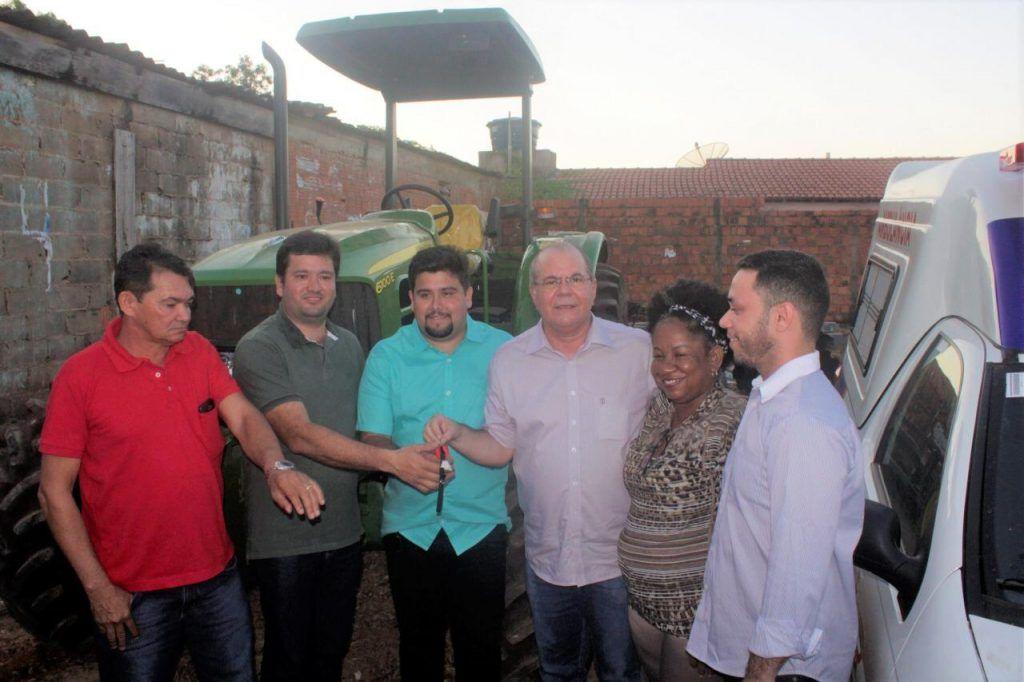 IMG 20190625 WA0016 1024x682 - Hildo Rocha e Fernando Teixeira entregam veículos e trator em Cidelândia - minuto barra