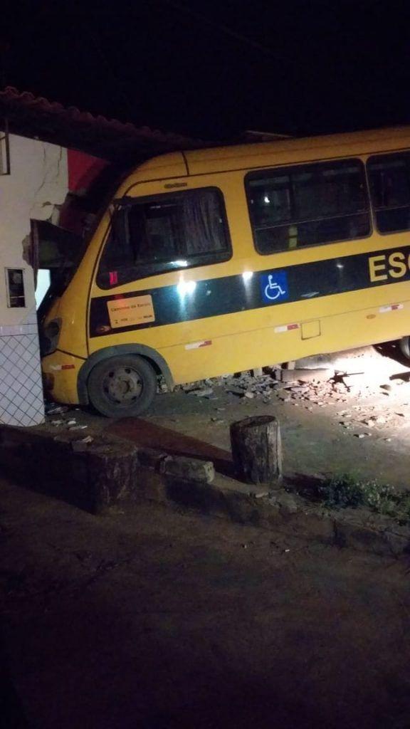 59710A4F E1B1 498E BAEF DBDBDBB3950E 576x1024 - Motorista perde o controle e ônibus escolar invade residência em Barra do Corda - minuto barra