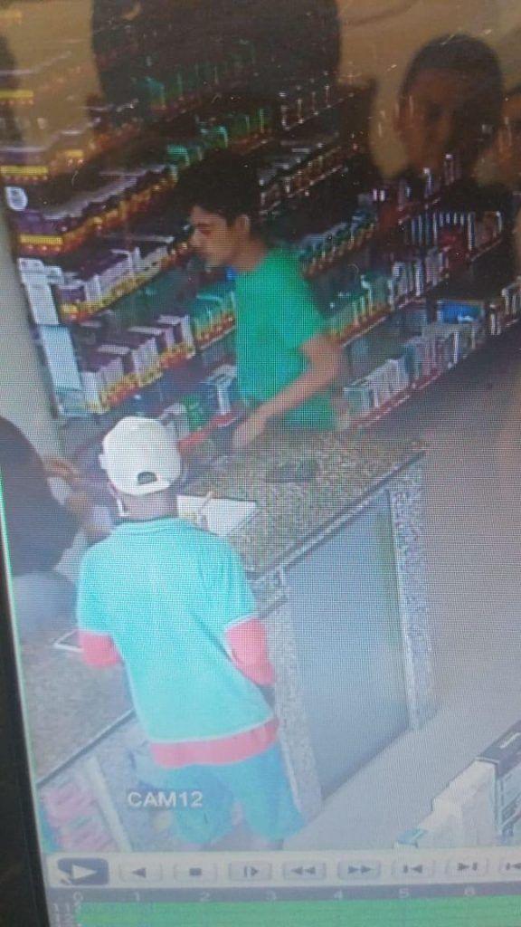 DC03F837 0741 43EE A6E2 B4DDF43BD182 576x1024 - PROCURA-SE: Veja aqui fotografias dos dois assaltantes que balearam o dono da drogaria Melissa em Barra do Corda - minuto barra