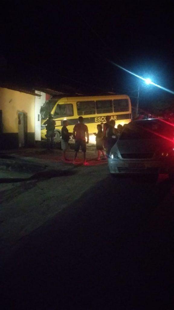 EB72F836 BC38 441E 931D 0E906D4AF70F 576x1024 - Motorista perde o controle e ônibus escolar invade residência em Barra do Corda - minuto barra