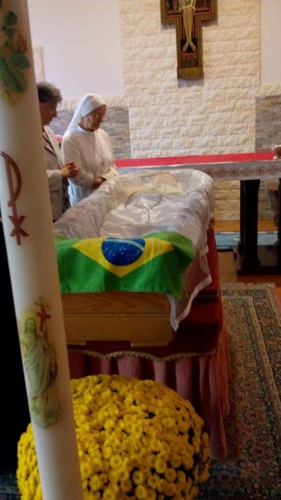 veja aqui bandeira do brasil e colocada em cima do caixao durante velorio de dom franco cuter na italia 576x1024 - VEJA AQUI: Bandeira do Brasil é colocada em cima do caixão durante velório de Dom Franco Cuter na Itália - minuto barra