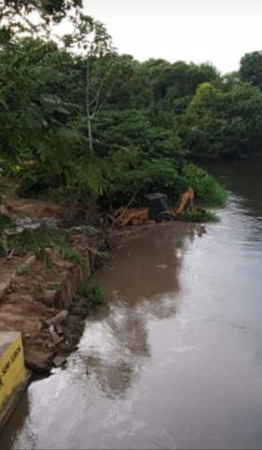 retroescavadeira desliza e cai dentro do rio corda em barra do corda 1 - Retroescavadeira desliza e cai dentro do Rio Corda em Barra do Corda - minuto barra