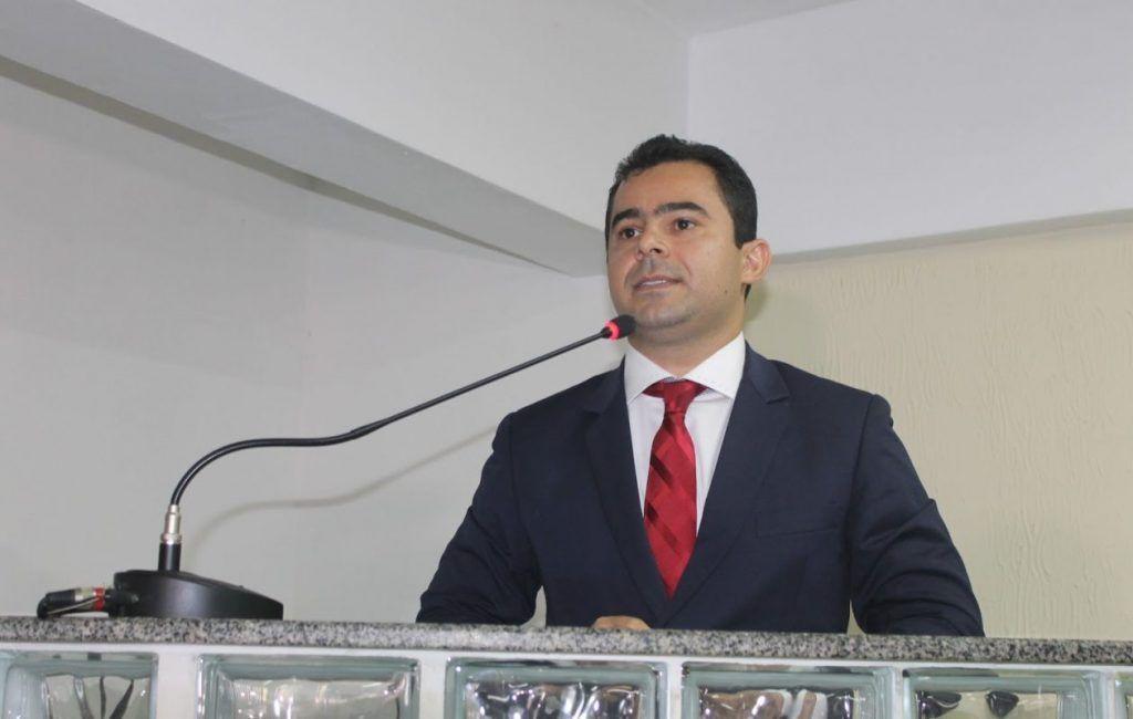 No apagar das luzes prefeito Eric Costa firma contrato de quase R$ 80 milhões em Barra do Corda