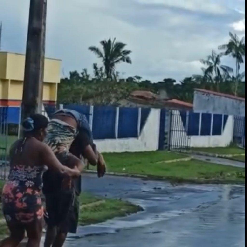 descaso doente e levado nas costa para hospital devido falta de ambulancia em cidade do maranhao 1024x1024 - DESCASO: Doente é levado nas costas para hospital devido falta de ambulância em cidade do Maranhão - minuto barra