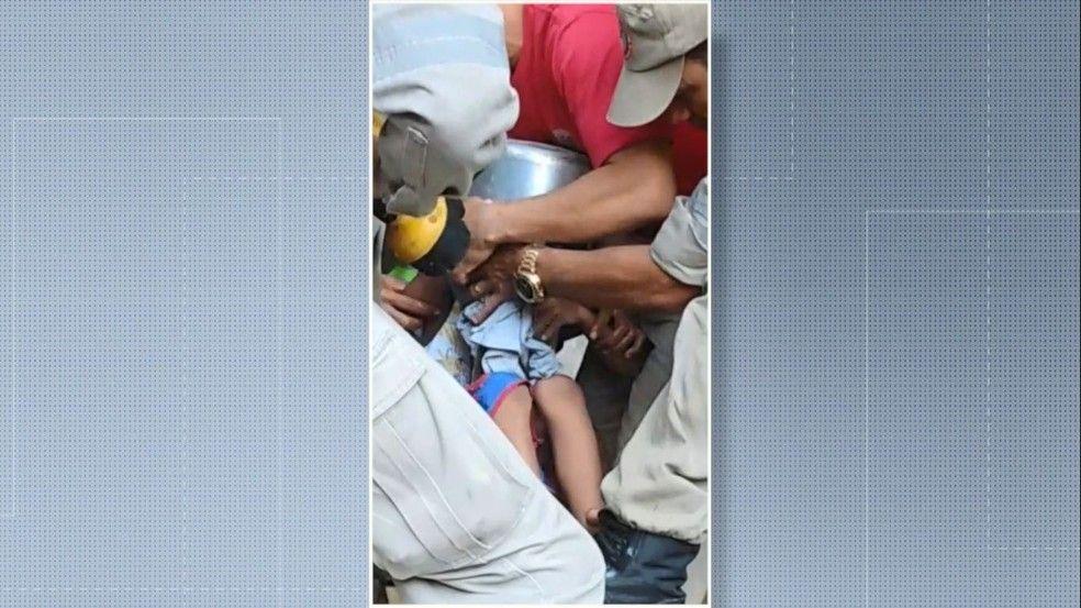 menino de apenas 5 anos prende a cabeca em panela de pressao e e socorrido por bombeiros - Menino de apenas 5 anos prende a cabeça em panela de pressão e é socorrido por Bombeiros - minuto barra