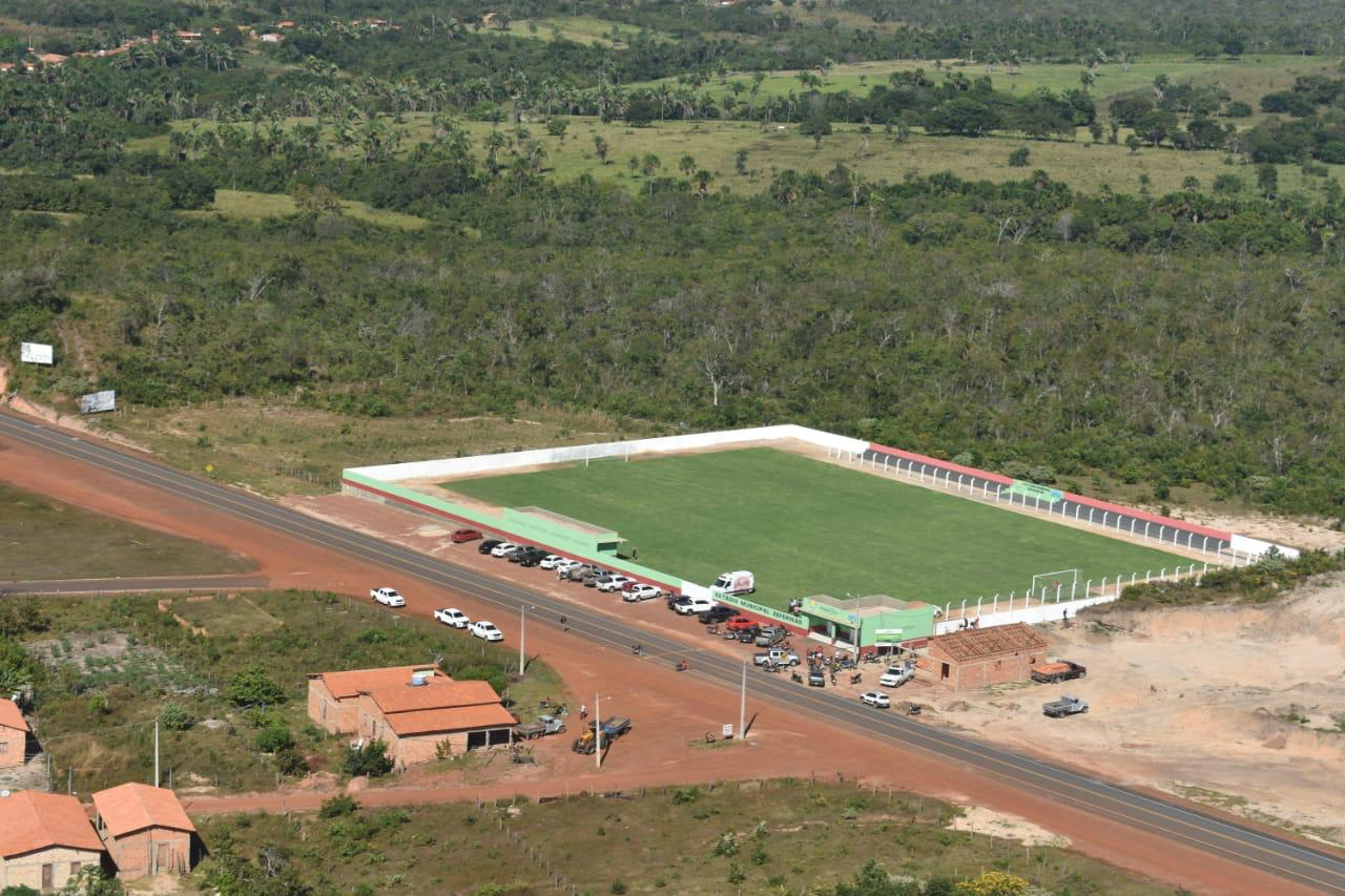 INAUGURADO: Prefeito Adailton pediu e Hildo Rocha destinou recursos para construção de um estádio de futebol em Fernando Falcão