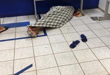 VEJA AQUI: Homem dorme dentro da agência da Caixa Econômica em Barra do Corda