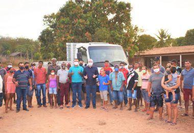 Hildo Rocha entrega caminhão para agricultores do povoado Bom Sossego, em Fortuna