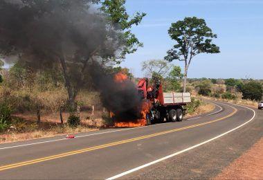 Caminhão munck pega fogo na MA-272 entre Barra do Corda e Fernando Falcão