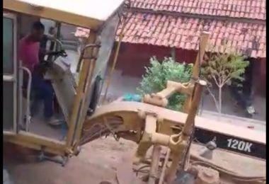 """Revoltada, moradora do bairro trisidela em Barra do Corda grita contra """"comunistas"""" e repudia obra na boca da urna"""