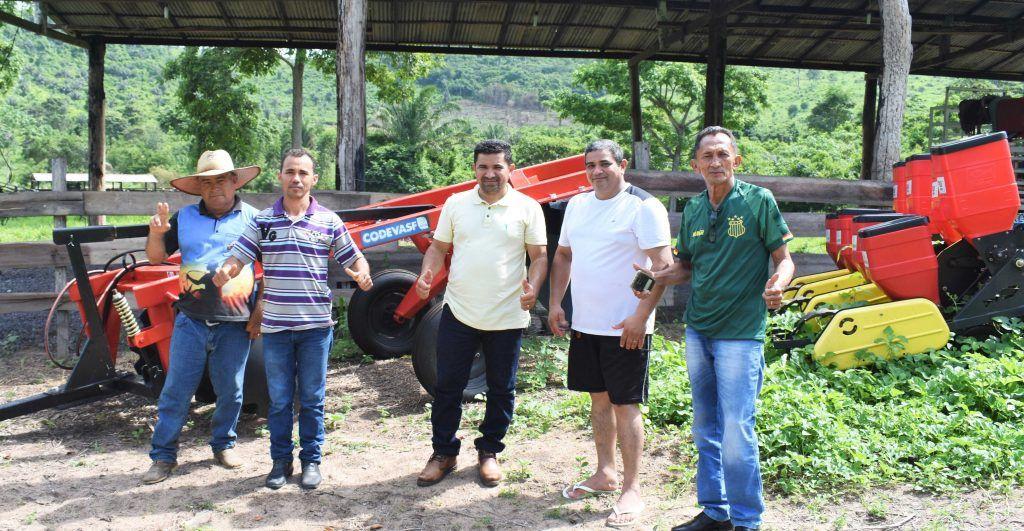 Deputado Hildo Rocha melhora as condições de trabalho de agricultores com mecanização em Bom Jesus das Selvas