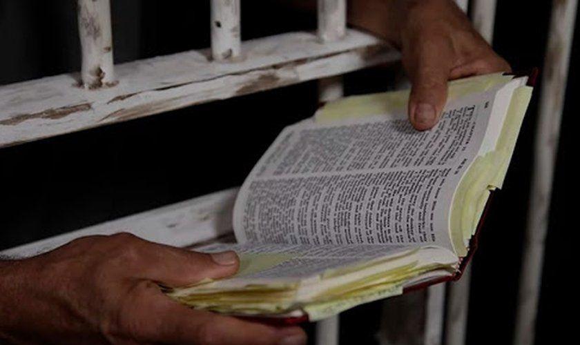 Desembargador suspende lei que diminuía pena de presos que lessem livros da Bíblia no Maranhão