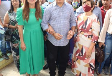 Segurando nas mãos da mãe Dona Santinha e da esposa Abigail Cunha, Rigo Teles adentra ao prédio da prefeitura de Barra do Corda