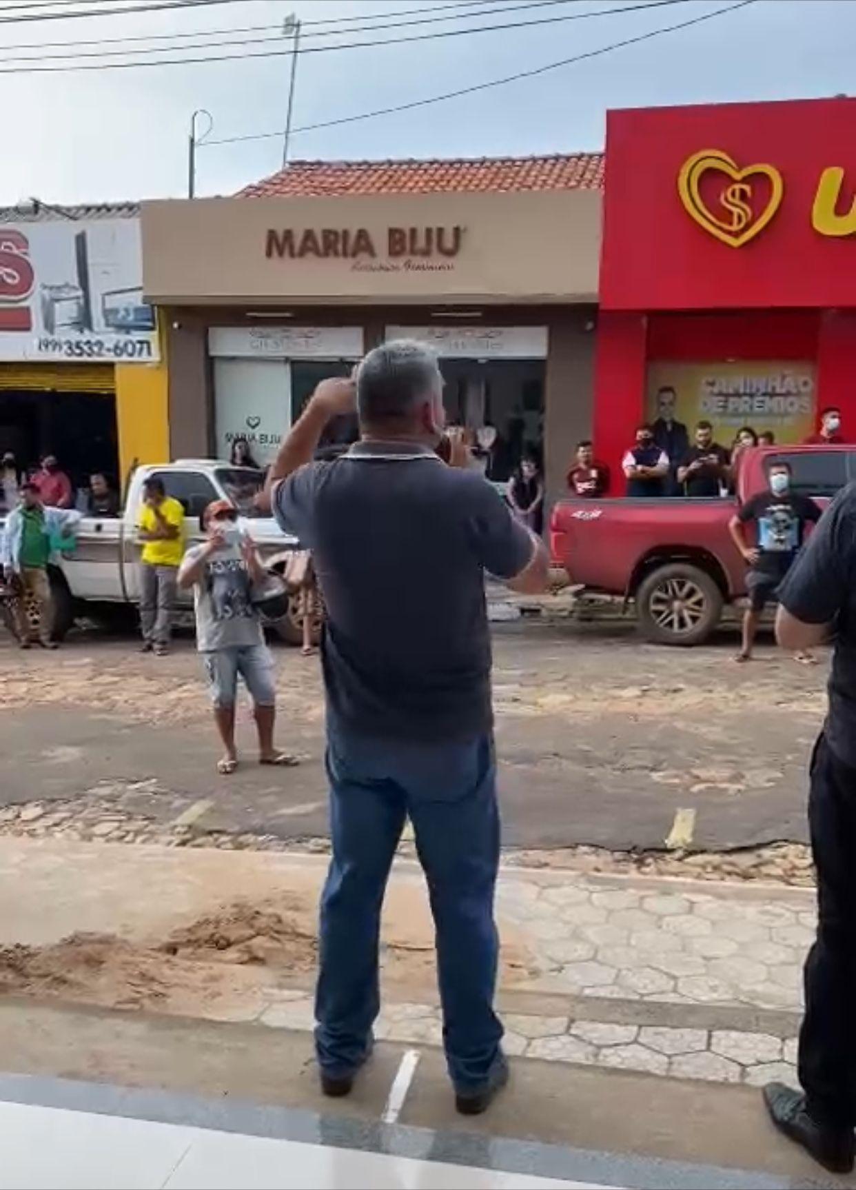 Durante manifestação em Grajaú, comerciante chama de vagabundos o prefeito e servidores públicos
