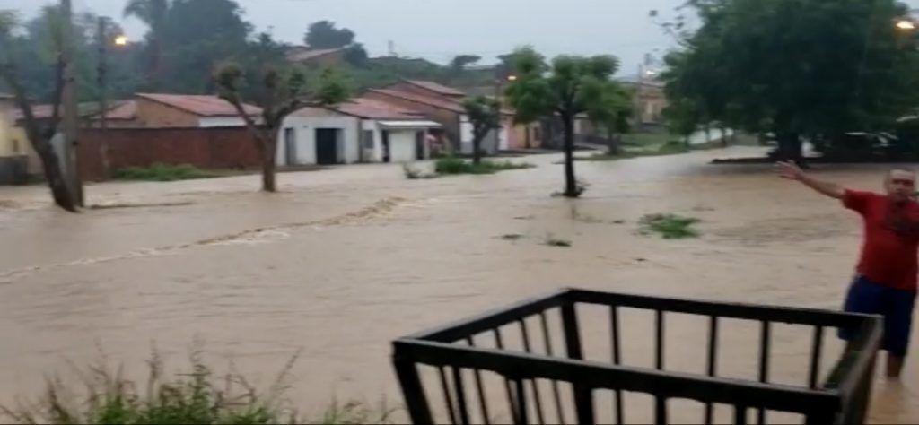 40 milimetros forte chuva alaga ruas enxurrada invade casas e mulher passa mal em barra do corda 1024x474 - ATENÇÃO!! Instituto Nacional de Meteorologia alerta para chuva perigosa em Barra do Corda