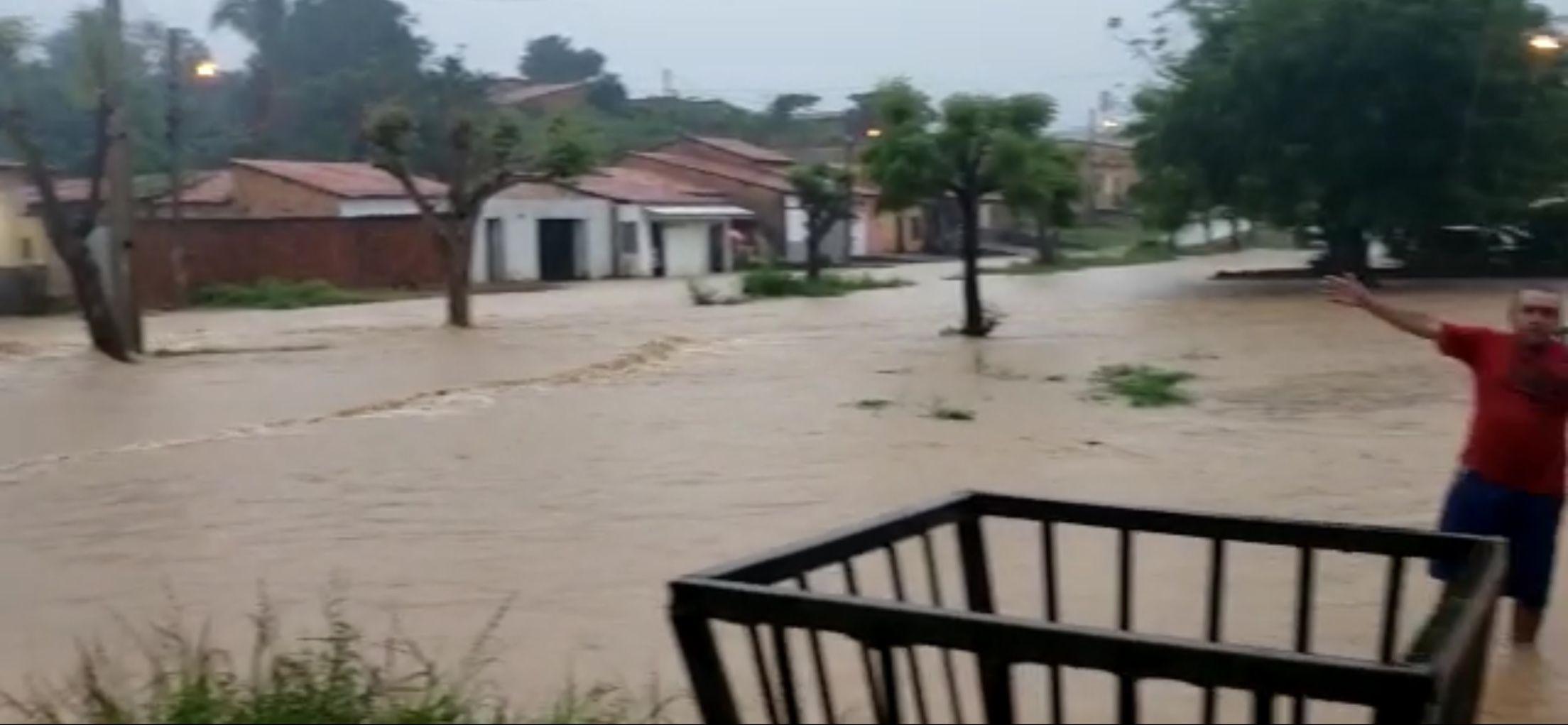 40 milímetros: Forte chuva alaga ruas, enxurrada invade casas e mulher passa mal em Barra do Corda