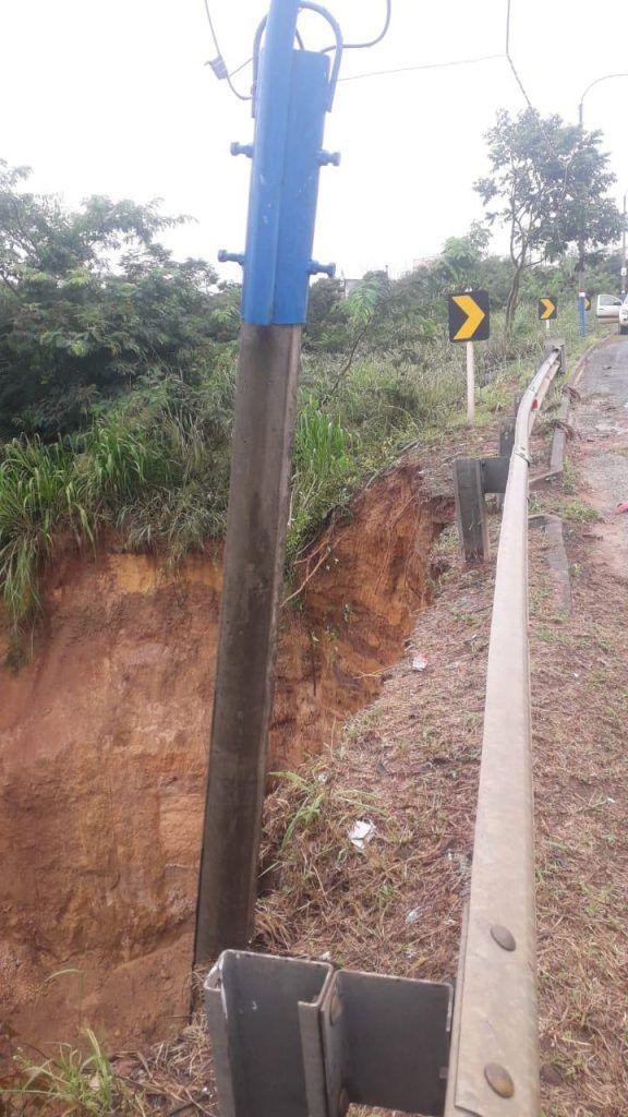 forte chuva em barra do corda provoca deslizamento de terra ao lado do acostamento da br 226 1 576x1024 - Forte chuva em Barra do Corda provoca deslizamento de terra ao lado do acostamento da Br-226