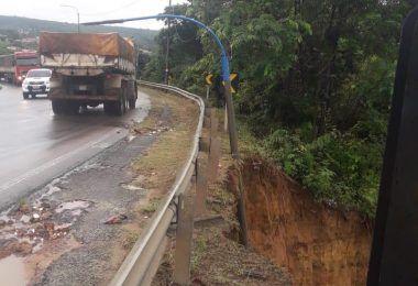 Forte chuva em Barra do Corda provoca deslizamento de terra ao lado do acostamento da Br-226