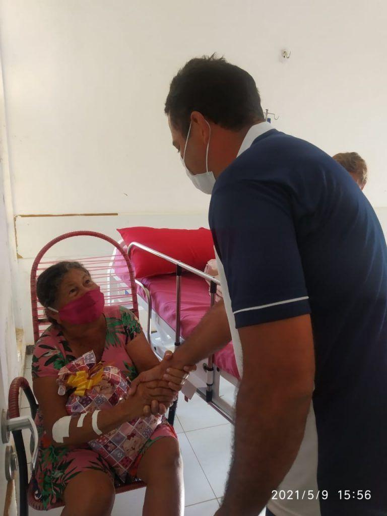 dia das maes prefeito arnobio entrega presentes no hospital municipal de jenipapo dos vieiras 11 768x1024 - DIA DAS MÃES: Prefeito Arnóbio entrega presentes no hospital municipal de Jenipapo dos Vieiras