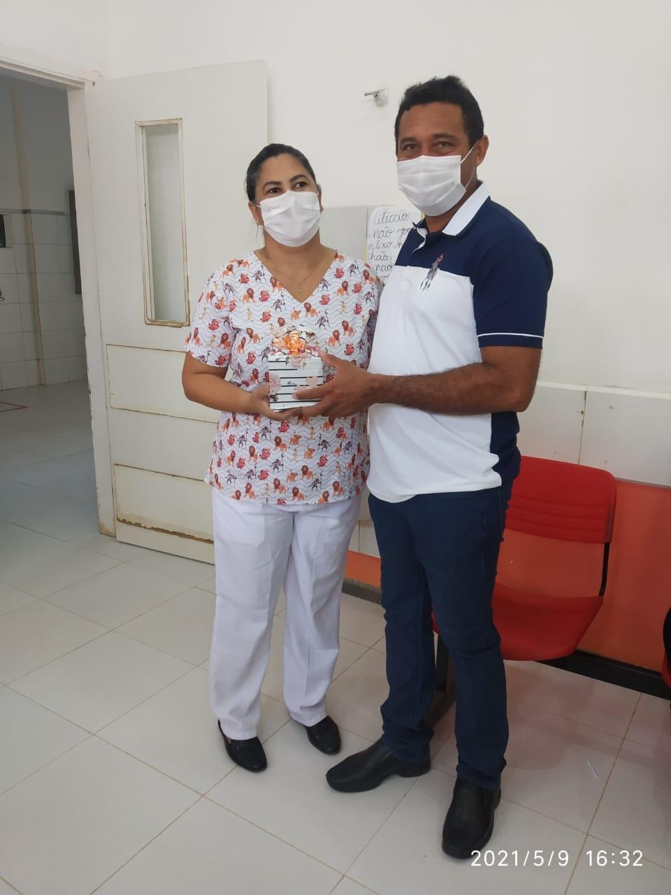 DIA DAS MÃES: Prefeito Arnóbio entrega presentes no hospital municipal de Jenipapo dos Vieiras