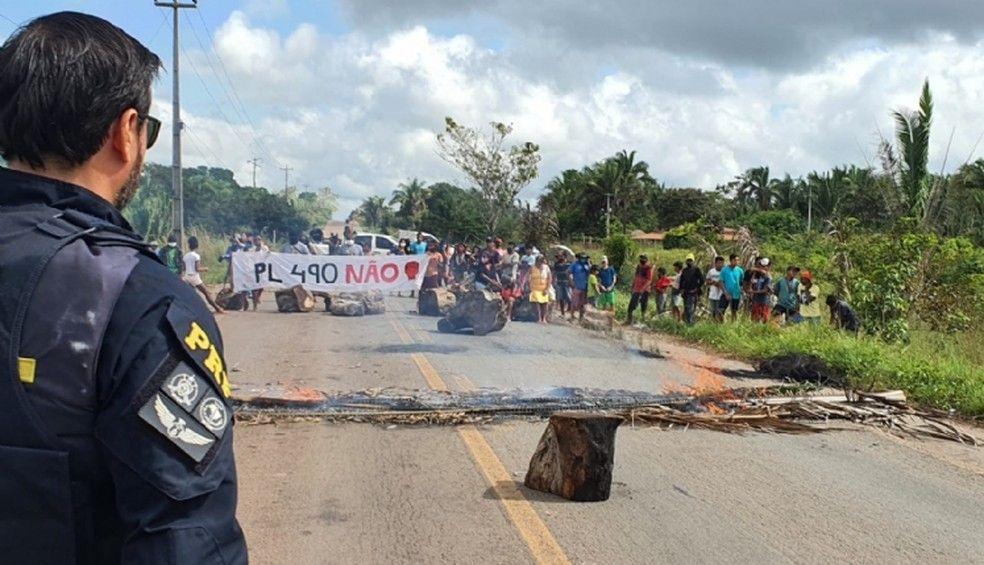 BR-316 é bloqueada por indígenas entre Santa Inês e Bom Jardim.