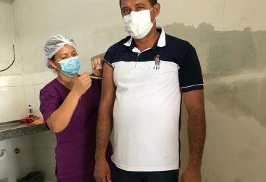Prefeito Arnóbio de Jenipapo dos Vieiras toma a primeira dose da vacina contra a covid-19