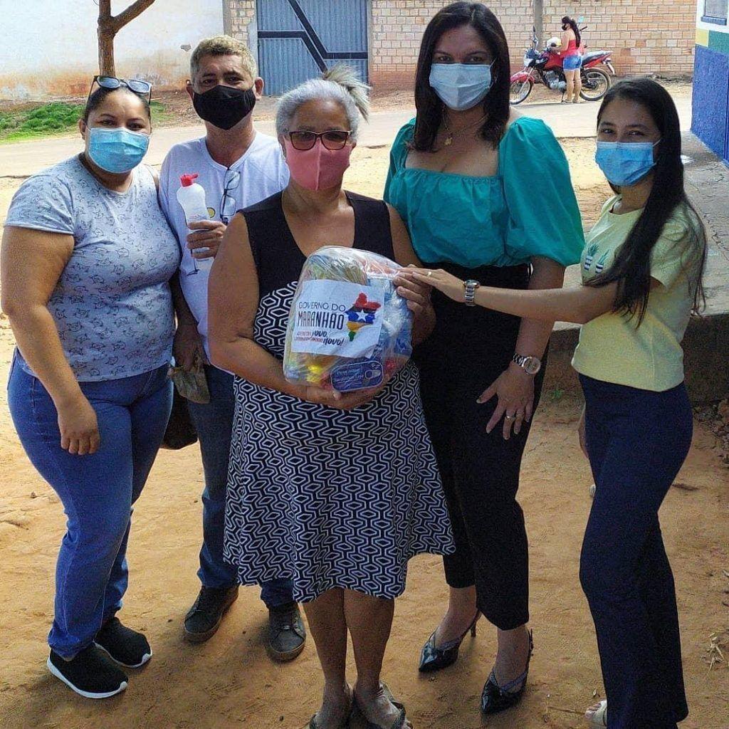 prefeito arnobio realiza entrega de centenas de kits da merenda escolar e cestas basicas do programa comida na mesa 2 1024x1024 - Prefeito Arnóbio realiza entrega de centenas de kits da merenda escolar e cestas básicas do programa Comida na Mesa
