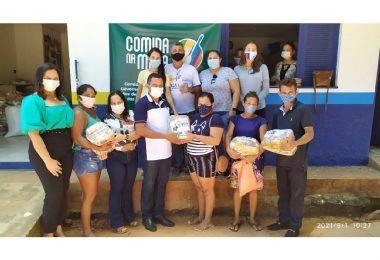 Prefeito Arnóbio realiza entrega de centenas de kits da merenda escolar e cestas básicas do programa Comida na Mesa