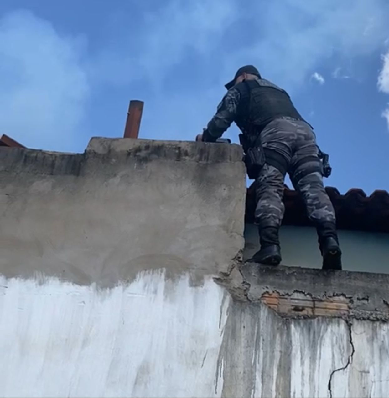 Equipe da Força Tática do 5º BPM salva mulher de incêndio em residência em Barra do Corda