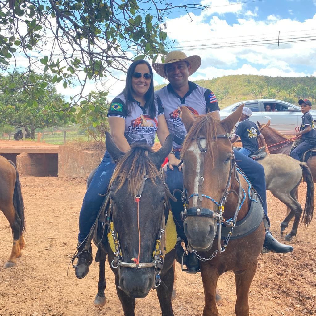 Prefeito Arnóbio e primeira-dama Elane participam de grande cavalgada em Jenipapo dos Vieiras